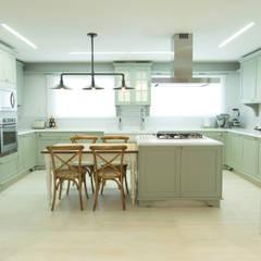 وحدات مطبخ تنفيذ Carolina Fagundes - Arquitetura e Interiores