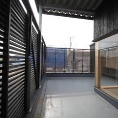 Balcón de estilo  por 株式会社高野設計工房