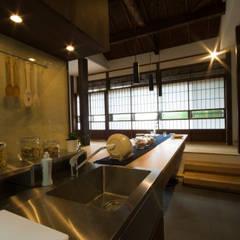 Muebles de cocinas de estilo  por 森村厚建築設計事務所, Asiático Madera Acabado en madera