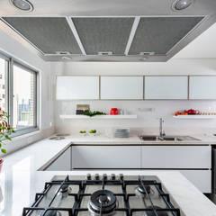 Apartamento 1801: Armários e bancadas de cozinha  por ESTÚDIO DC55,Minimalista