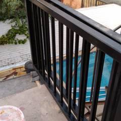 Proyecto de adecuación de terraza y salón de Yoga.: Balcón de estilo  por Constructora Crowdproject,