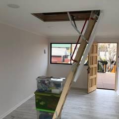 Proyecto de adecuación de terraza y salón de Yoga.: Escaleras de estilo  por Constructora Crowdproject, Moderno