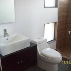 CASA ESTILO INDUSTRIAL BOSQUE TZALAM: Baños de estilo  por ARQ. FRANCISCO GODINEZ ALVA, Industrial