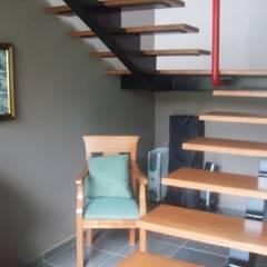 CASA ESTILO INDUSTRIAL BOSQUE TZALAM: Escaleras de estilo  por ARQ. FRANCISCO GODINEZ ALVA