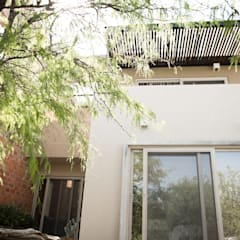 Balcón de estilo  por ANAYA Architecture,