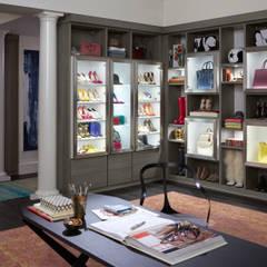 Vestidor: Vestidores y closets de estilo  por California Closets,