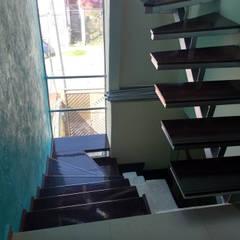 CASA CUAUTITLAN IZCALLI, MÉXICO: Escaleras de estilo  por Grupo ARDEC, Minimalista Madera Acabado en madera