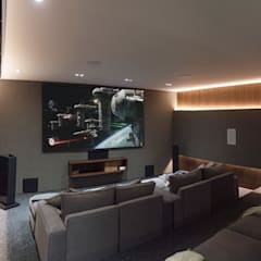 Home Cinema: Salas multimedia de estilo  por QUORUM acoustics
