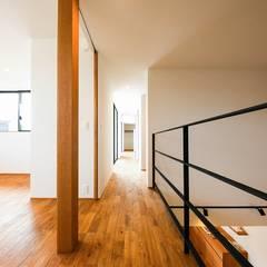 園の家: STaD(株式会社鈴木貴博建築設計事務所)が手掛けた廊下 & 玄関です。,