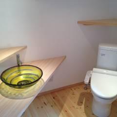 移ろいを楽しむ住まい: 株式会社高野設計工房が手掛けた浴室です。,