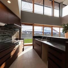 囲の家: STaD(株式会社鈴木貴博建築設計事務所)が手掛けたキッチンです。,