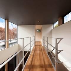 音箱の家: STaD(株式会社鈴木貴博建築設計事務所)が手掛けた廊下 & 玄関です。,