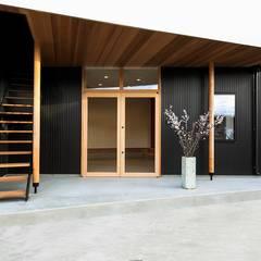 楽土間の家: STaD(株式会社鈴木貴博建築設計事務所)が手掛けた廊下 & 玄関です。,