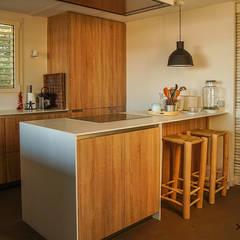Cocinas pequeñas de estilo  por Xmas Arquitectura e Interiorismo para reformas y nueva construcción en Barcelona