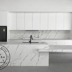Casa en San Ramón Norte: Muebles de cocinas de estilo  por TRICASA WOODWORK GROUP