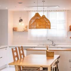 부산 아파트 인테리어 이국적인 이 느낌 실화?: 로하디자인의  주방,컨트리