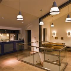 Pasillos y recibidores de estilo  por The Mo Studio , Industrial