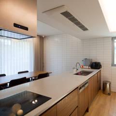 [화성시 동탄 목조주택]화성시 산척동 동탄2지구 전원주택 실내/실외: 위드하임의  작은 주방,모던