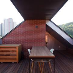Balcón de estilo  por 위드하임,