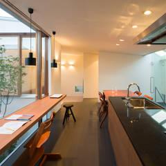 K House: triowood architect officeが手掛けたキッチン収納です。