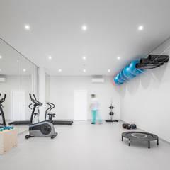 Clínica de Fisioterapia Mar Saúde: Ginásios  por HAS - Hinterland Architecture Studio,Moderno
