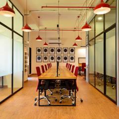 Espacios comerciales de estilo  por The Design Chapel