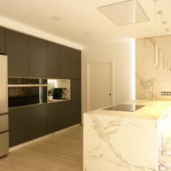 مطبخ ذو قطع مدمجة تنفيذ Gestionarq, arquitectos en Xàtiva , حداثي