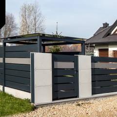 Shades of Grey. Nowoczesne ogrodzenie z betonu architektonicznego i aluminium: styl , w kategorii Podwórko zaprojektowany przez Xcel