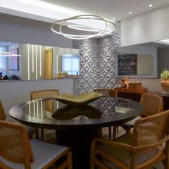 Apartamento em Camboinhas Salas de jantar ecléticas por M2T1 Eclético