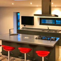 مطبخ ذو قطع مدمجة تنفيذ BUVINIC ARQUITECTURA , حداثي
