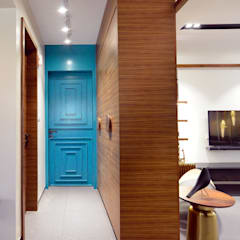 Modern corridor, hallway & stairs by Space It Up Modern