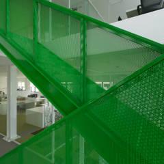 Pearlmaster – Plastic Solutions: Escritórios  por Projecto 84,