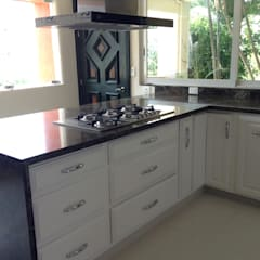 Built-in kitchens by Mystica Cocinas y Closets