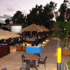 espacios chill out : Hoteles de estilo  de comprar en bali, Mediterráneo Madera maciza Multicolor
