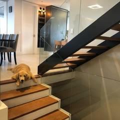 Residencia em Condomínio fechado: Escadas  por Lucia Helena Bellini arquitetura e interiores