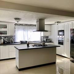 COCINA EN EL MIRADOR, URUAPAN, MICHOACAN: Cocinas de estilo  por La Central Cocinas Integrales S.A de C.V