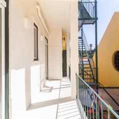 Apartamento totalmente remodelado em Lisboa Varandas, marquises e terraços clássicas por HOUSE PHOTO Clássico