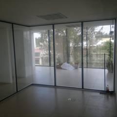 Mamparas oficinas: Ventanas de estilo  por De Todo En Aluminio