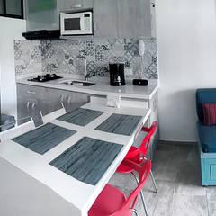 Remodela tu apartamento: Cocinas pequeñas de estilo  por Remodelar Proyectos Integrales, Moderno Cuarzo