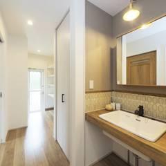 『 フレンチモダンなHIRAYAなsumai 』:  Live Sumai - アズ・コンストラクション -が手掛けた浴室です。