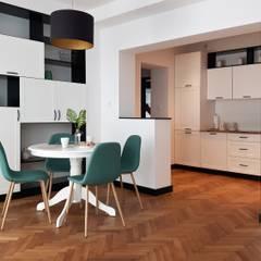 Projekt apartamentów Villa Romańskiego - Kasztelańska 8 - Gdynia: styl , w kategorii Salon zaprojektowany przez Martyna Szulist