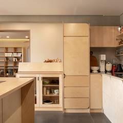 파주시 두가구주택 '소풍'(소소한 풍경): (주)건축사사무소 더함 / ThEPLus Architects의  작은 주방,