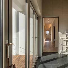 파주시 두가구주택 '소풍'(소소한 풍경): (주)건축사사무소 더함 / ThEPLus Architects의  실내 정원,