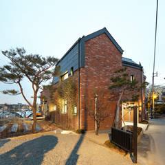 숲을 품은집,ㅁ자 중정형주택 암사동 '포림재'(抱林齋): 주택설계전문 디자인그룹 홈스타일토토의  전원 주택,모던 벽돌