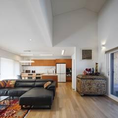 태안 신두리 해안 단독주택 '서리재': (주)건축사사무소 더함 / ThEPLus Architects의  거실,미니멀