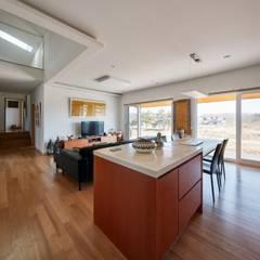 태안 신두리 해안 단독주택 '서리재': (주)건축사사무소 더함 / ThEPLus Architects의  거실,모던