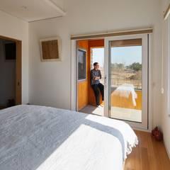 태안 신두리 해안 단독주택 '서리재': (주)건축사사무소 더함 / ThEPLus Architects의  발코니,모던