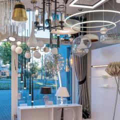 Salon Oświetlenia w Łodzi: styl , w kategorii Powierzchnie handlowe zaprojektowany przez Nowoczesne lampy - doradzamy. oświetlamy - Lajtit.pl