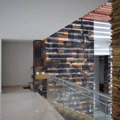 Casa 97A: Pasillos y vestíbulos de estilo  por TALLER 11 Arquitectos,