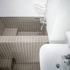 연희동 탑층 빌라 인테리어 스칸디나비아 욕실 by 주식회사 큰깃 북유럽
